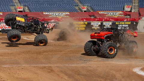 Max-D vs. El Toro Loco - Photo by John Igras